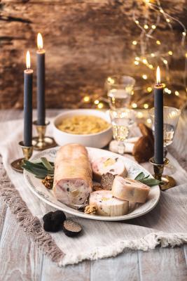 Chapon Fermier d'Auvergne à la royale, foie gras, truffe, noix du Périgord, écrasée de pomme de terre aux cèpes